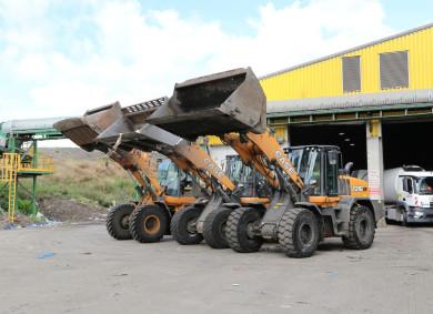 Челните товарачи CASE работят в завод за преработка на отпадъци